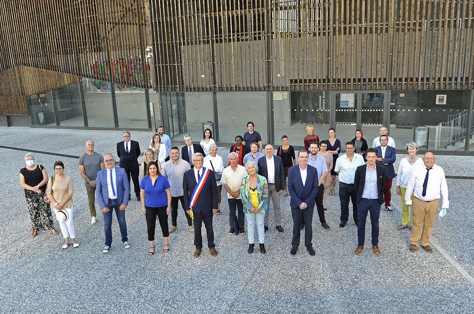 Hier soir, Jean Touzeau a été reconduit dans sa fonction de maire par 29 voix sur 35 votants. Il s'entoure de 10 adjoints et de 25 conseillers municipaux. Une équipe renouvelée à plus de 50%.#Municipales2020#lormont #ConseilMunicipal#rivedroite #Girondelormont.fr/actualites-109…