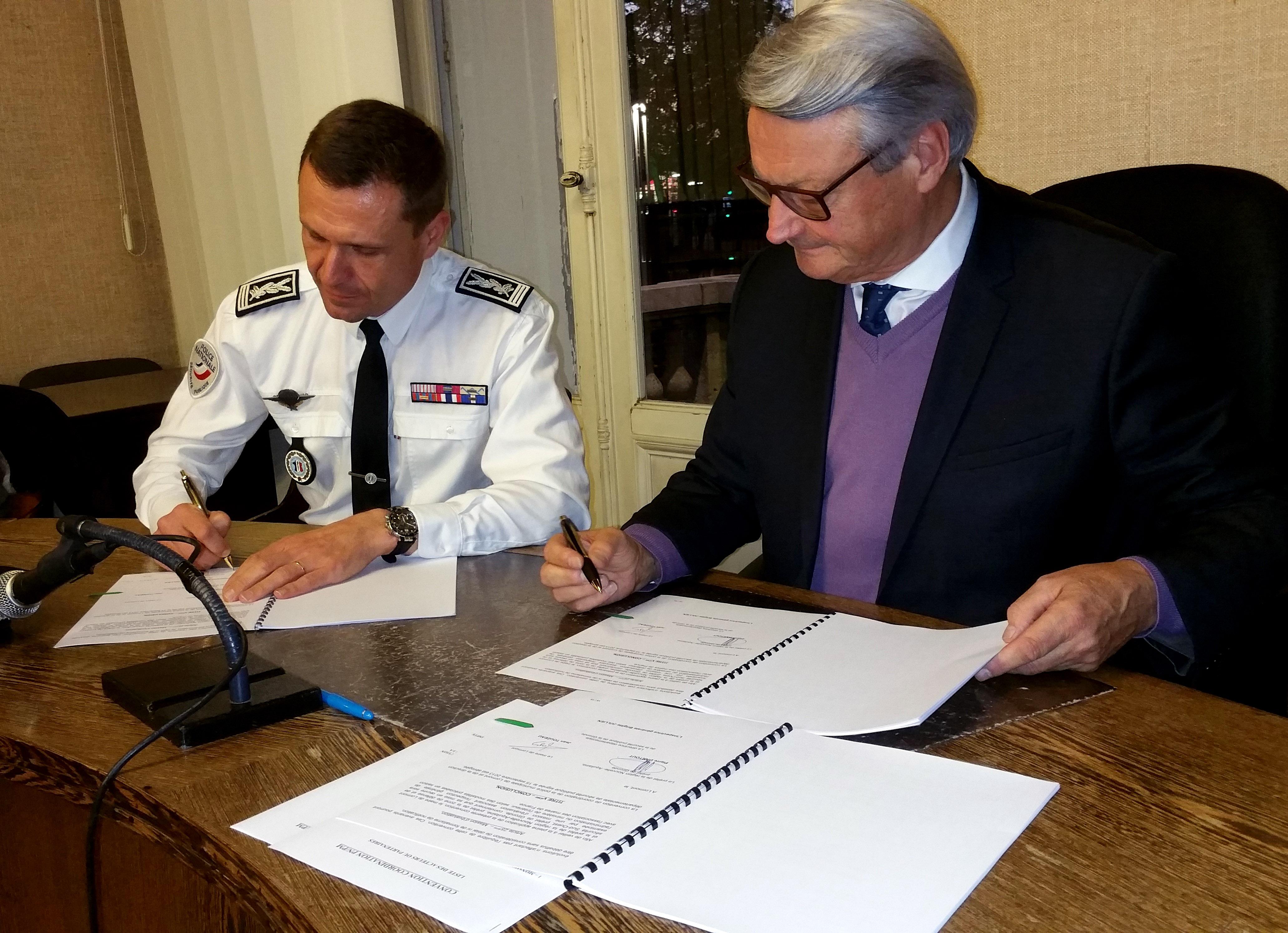 signature d 39 une convention entre la police nationale et la. Black Bedroom Furniture Sets. Home Design Ideas
